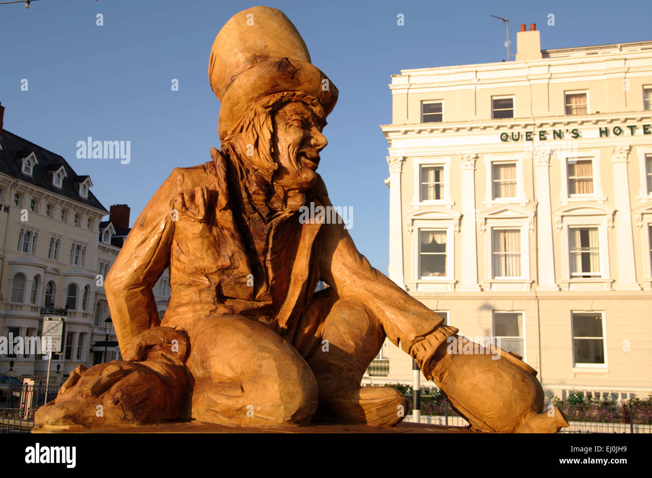 Simon Hedger sculpted Mad Hatter oak sculpture on the promenade Llandudno North Wales UK - Stock Image