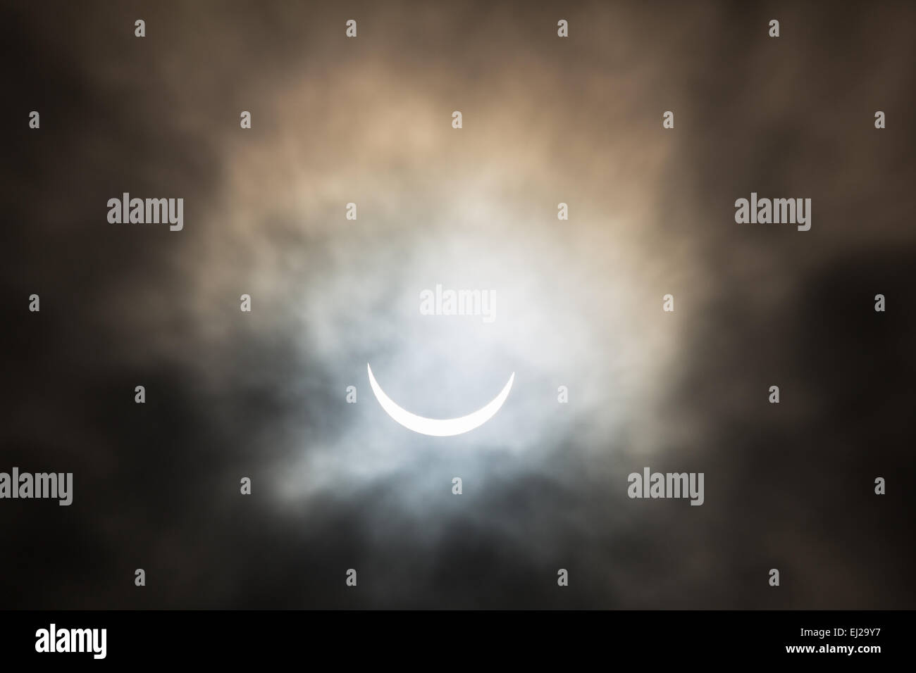 Sheffield, UK. 20th Mar, 2015. Partial solar eclipse seen from Sheffield, UK, on 20th March 2015. Partial cloud - Stock Image