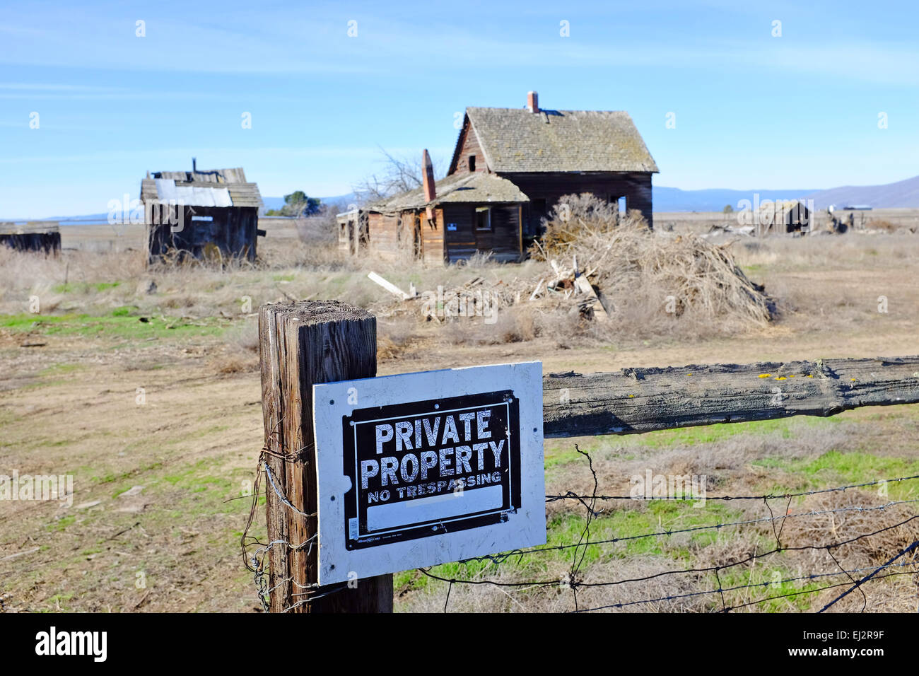 A Depression era farm from the 1930s, long abandoned on the open plains near the Columbia River gorge in Central - Stock Image