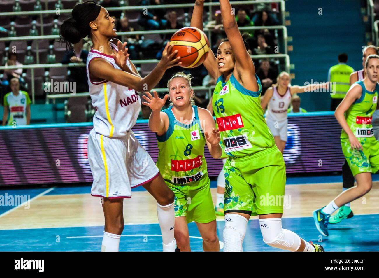 A Woman Playing Basketball Imágenes De Stock A Woman: Action Shot Woman Playing Basketball Stock Photos & Action