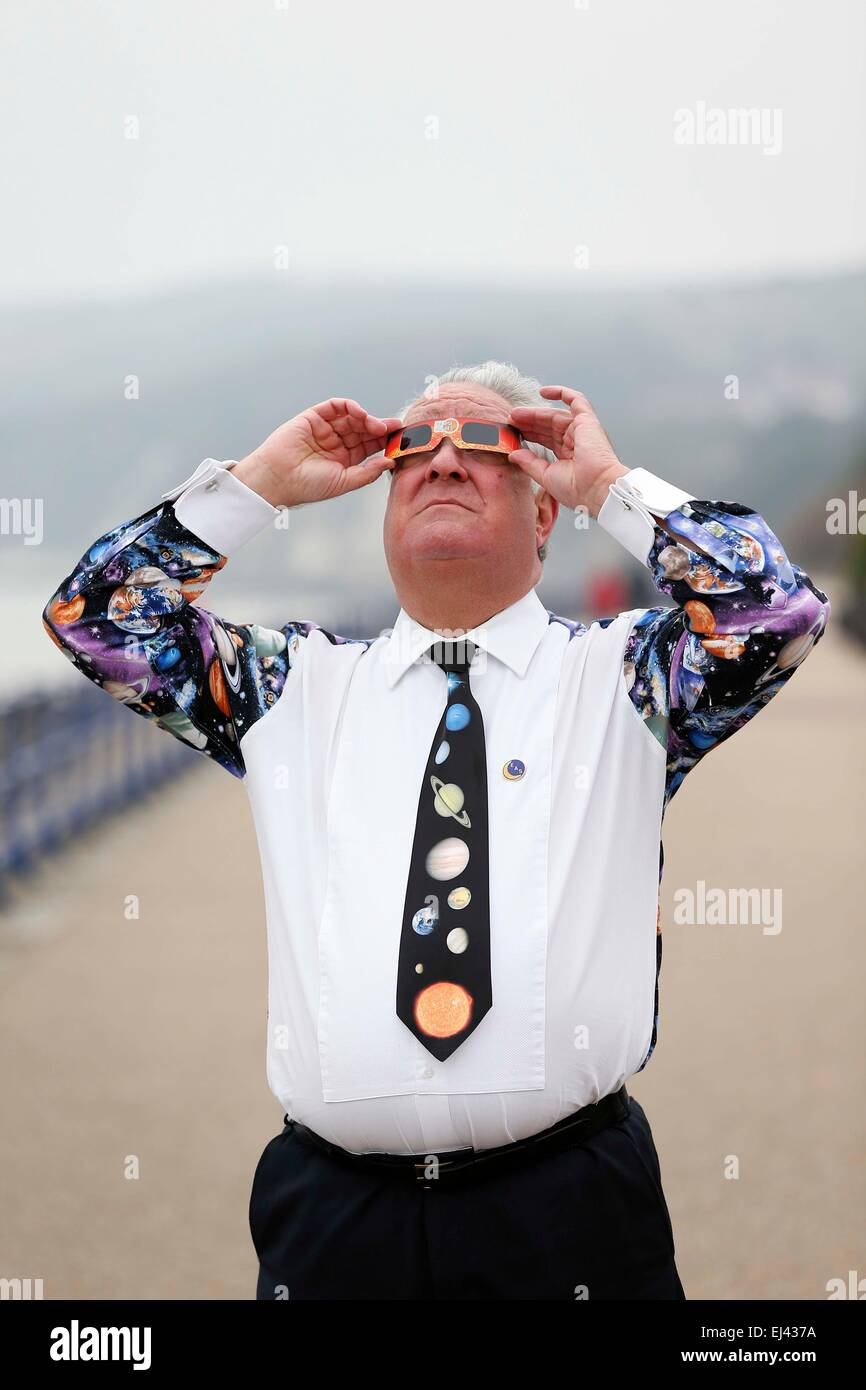 Mr Peter Gill from the Eastbourne Astronomical Society attempts to view the partial solar eclipse from the West - Stock Image