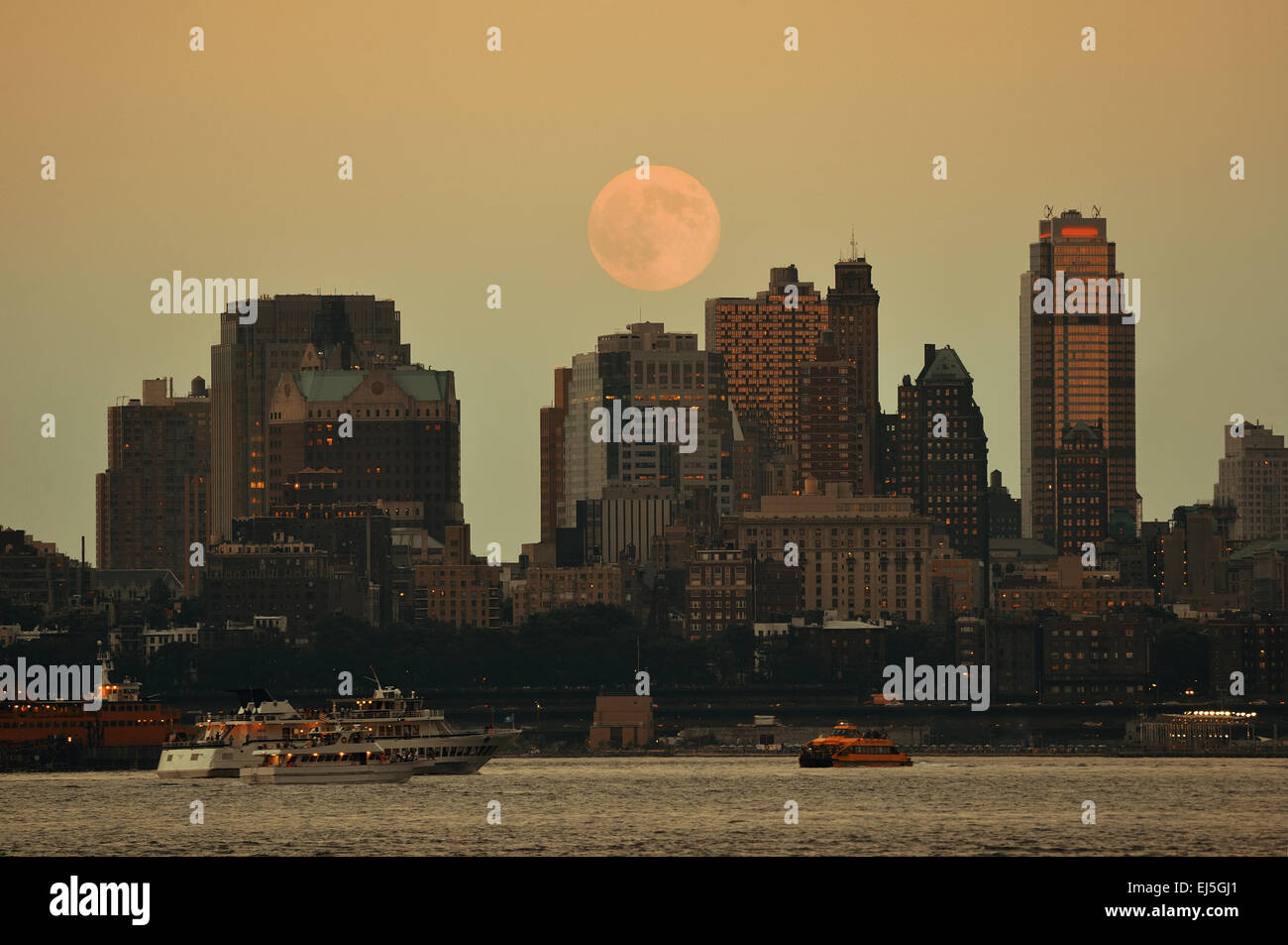 71549041f623d Super Moon and downtown buildings in Brooklyn - Stock Image
