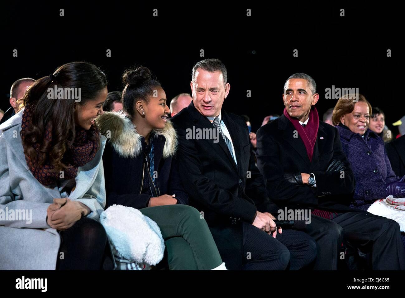 Actor Tom Hanks jokes with Malia and Sasha as President Barack Obama looks on at the National Christmas Tree lighting - Stock Image