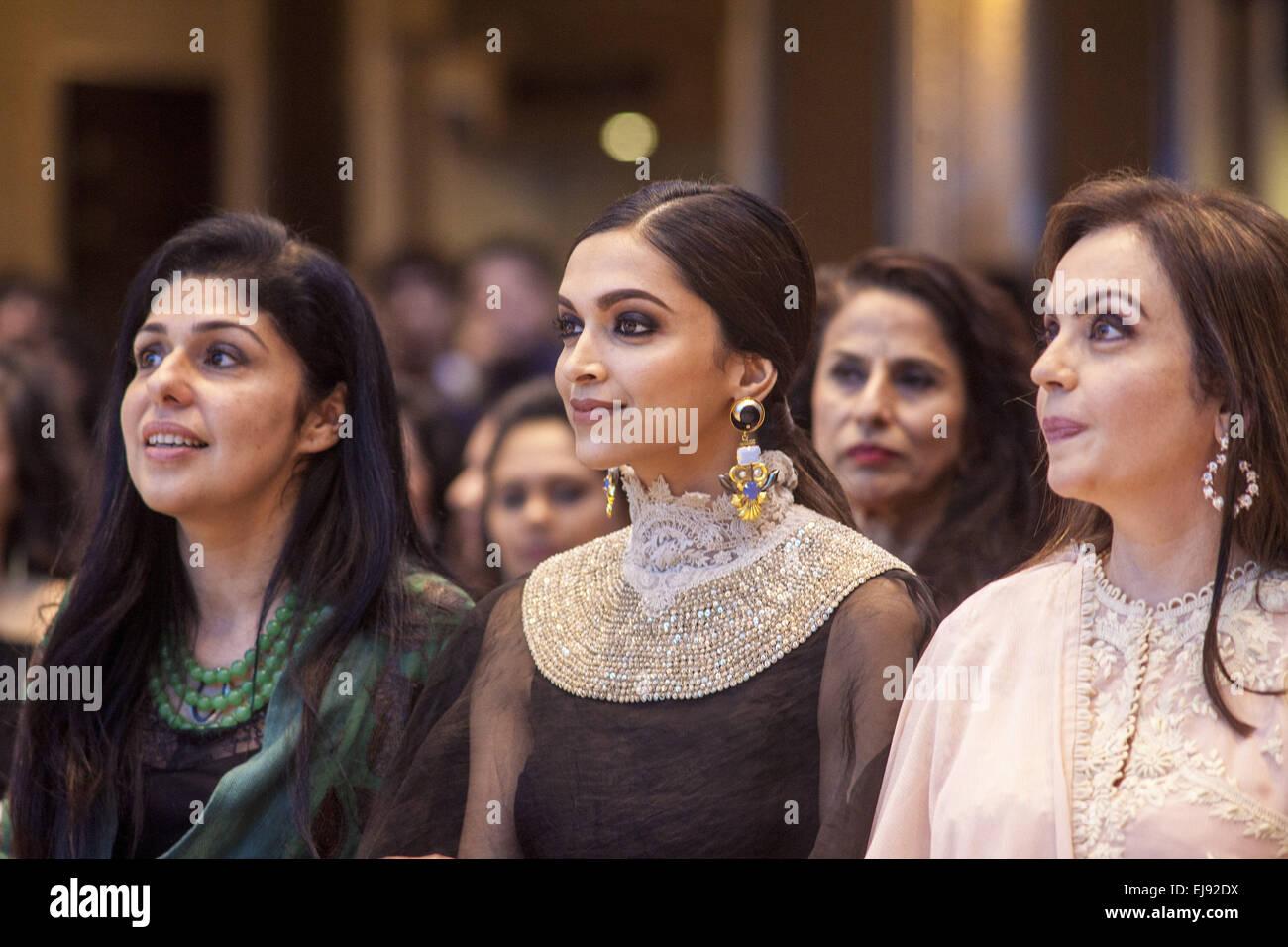 Mumbai, Maharashtra, India. 22nd Mar, 2015. 22 March 2015 : Mumbai - INDIA.Bollywood Actress Deepika Padukone (C), - Stock Image