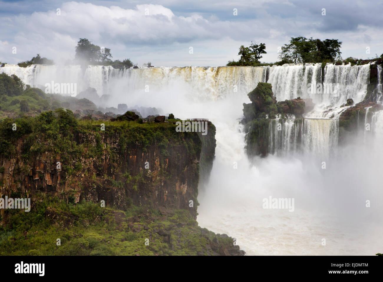 Argentina, Iguazu Falls, Salto, Mbigua and Barnabe Mendez beyond Isla San Martin - Stock Image