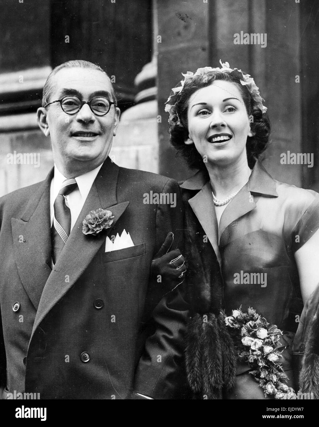 CARROLL GIBBONS (1903-1954) Anglo-American  bandleader marries Joan Muriel at Marylebone Register Office on 26 June Stock Photo