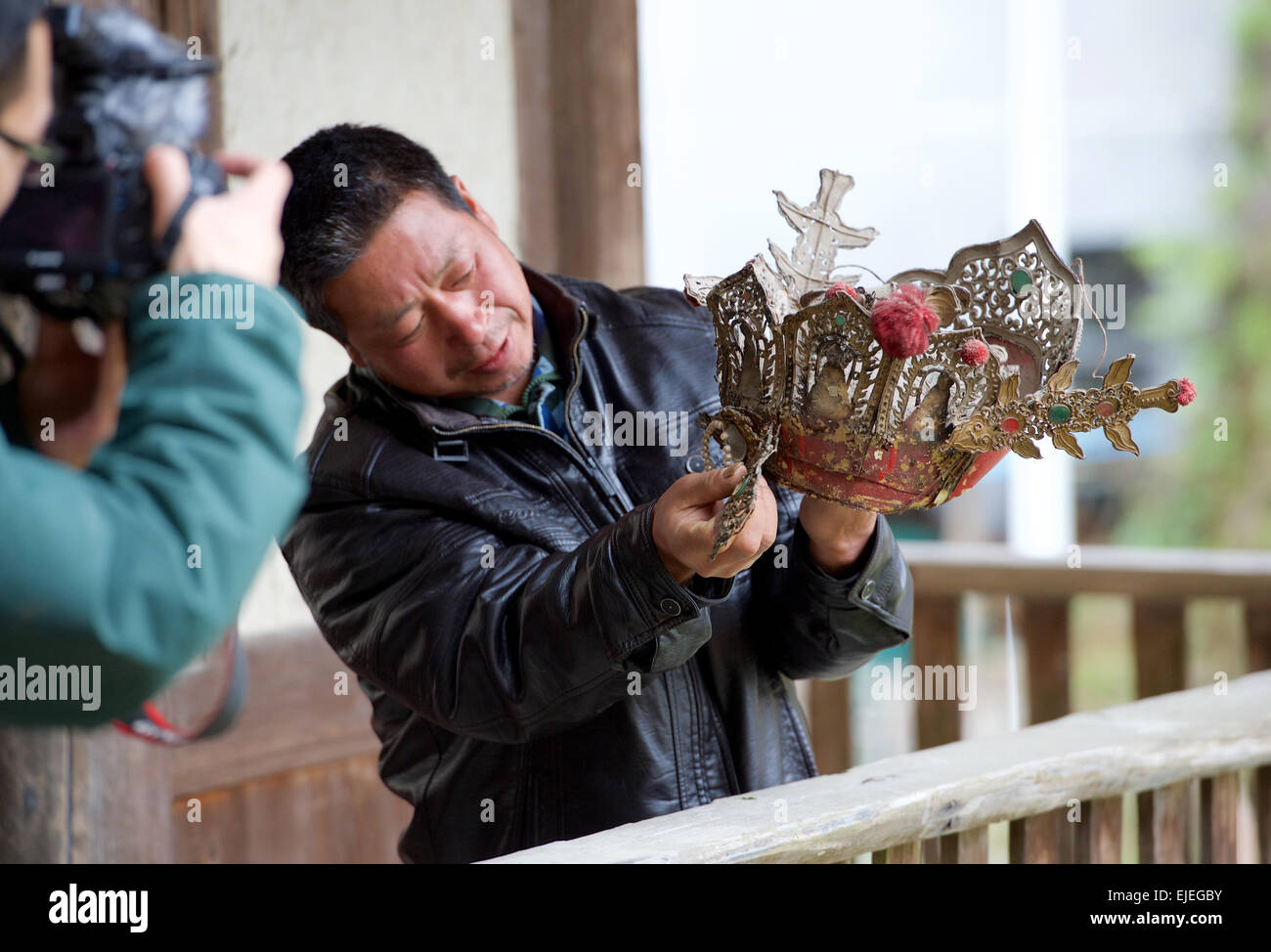 (150325) -- DATIAN, March 25, 2015 (Xinhua) -- A villager shows the crown of the Buddha statue with a mummified - Stock Image