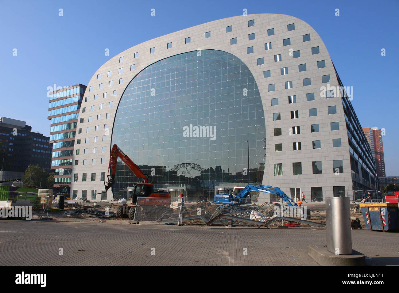 Rotterdamse Markthal (Rotterdam Market hall), adding the finishing touches just prior to the opening in October Stock Photo