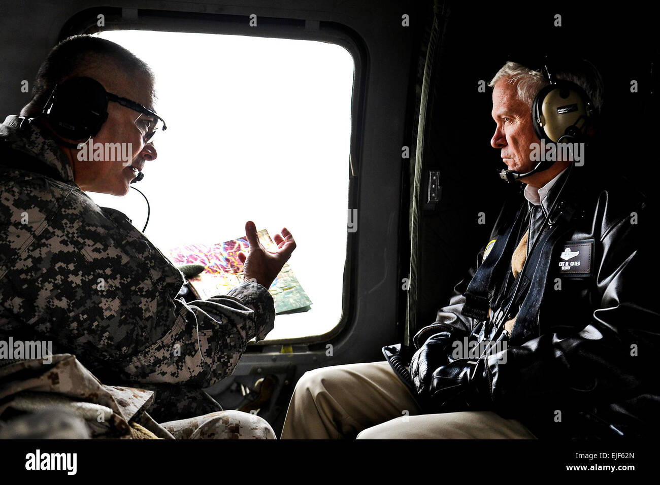 Defense Secretary Robert M. Gates listens to the Commanding General 101st Airborne Major Gen. Campbell while inflight - Stock Image