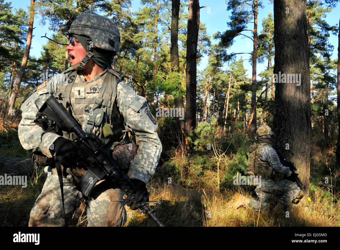 1st Lt. Emille Prosko of the 173rd Airborne Brigade Combat Team and graduate of West Point gives orders to her platoon - Stock Image