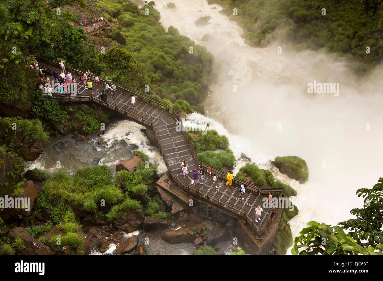 Argentina, Iguazu Falls, visitors on lower trail, Circuito Inferior, viewpoint below Salto Bossetti - Stock Image