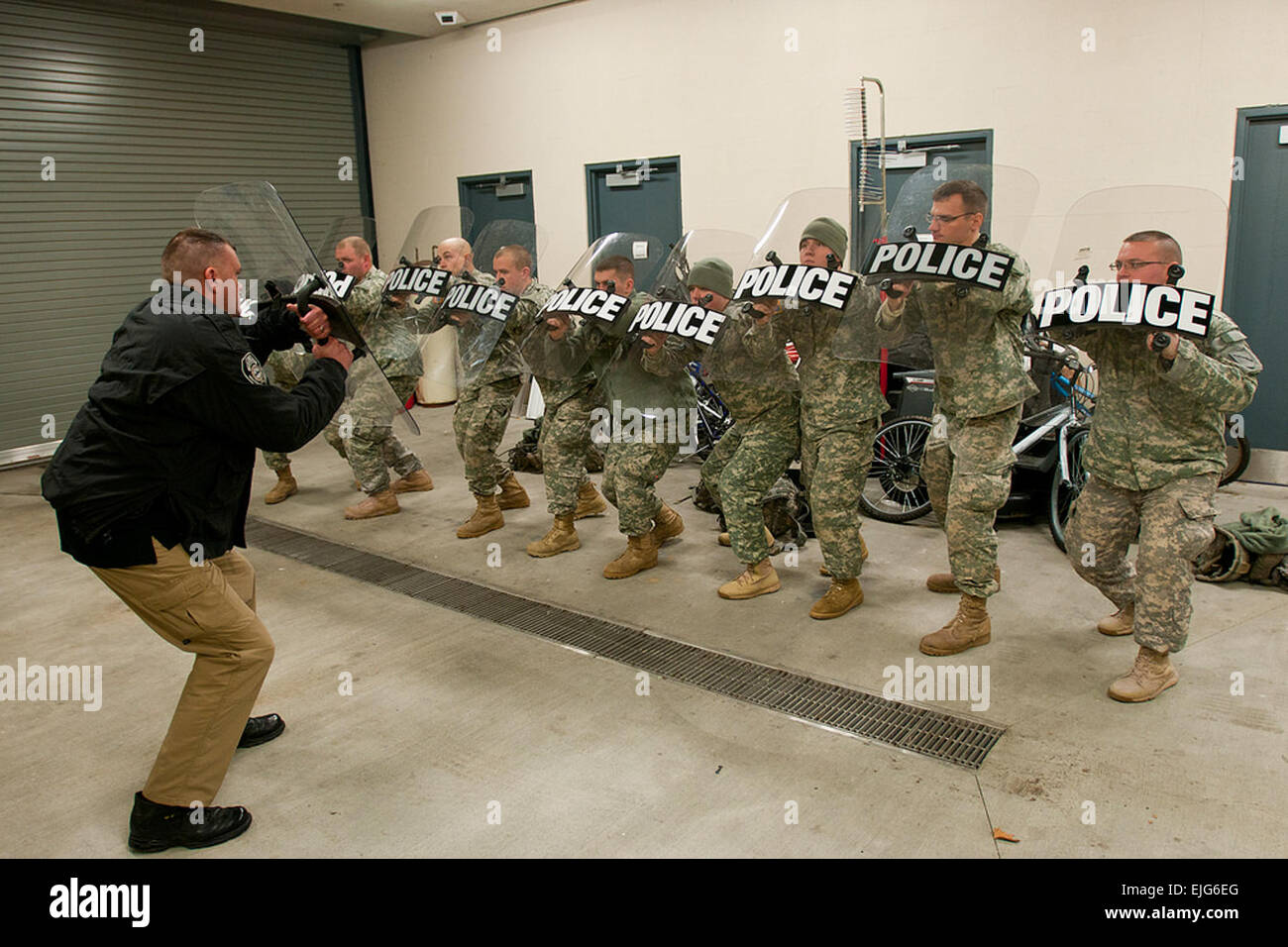 Soldiers of Charlie Co. 1st Battalion, 149th Infantry conducted civil disturbance training with the Frankfort Police - Stock Image