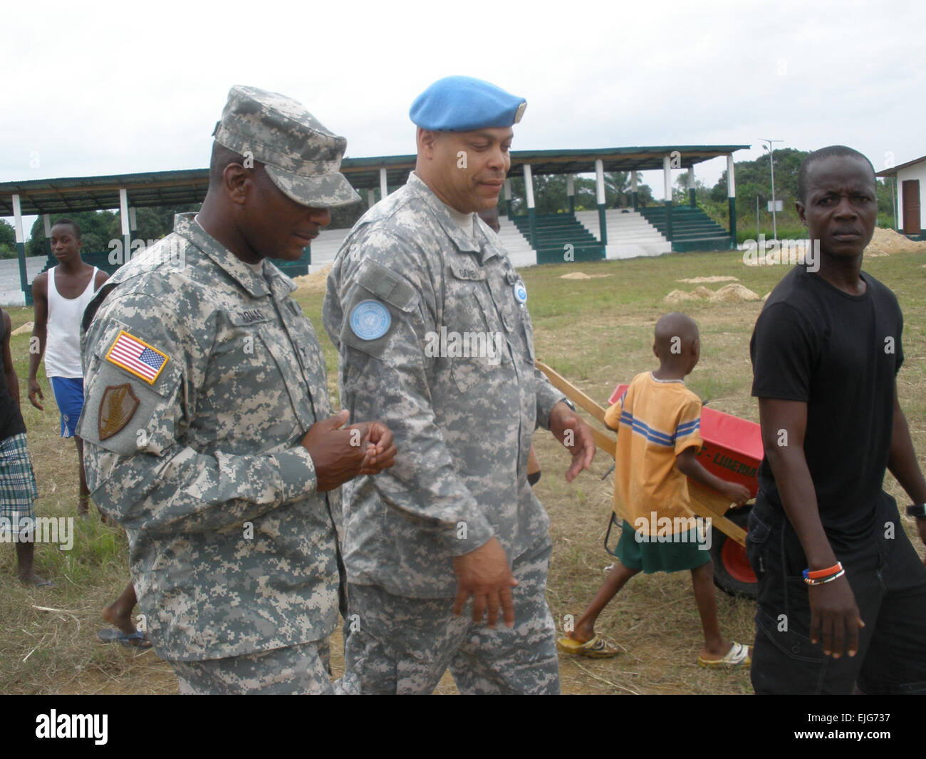 Lt. Col Berkley Gore,USANG, deployed as the UN Civil Affairs Chief in Liberia,  gives COL Walter Thomas II, USA, - Stock Image