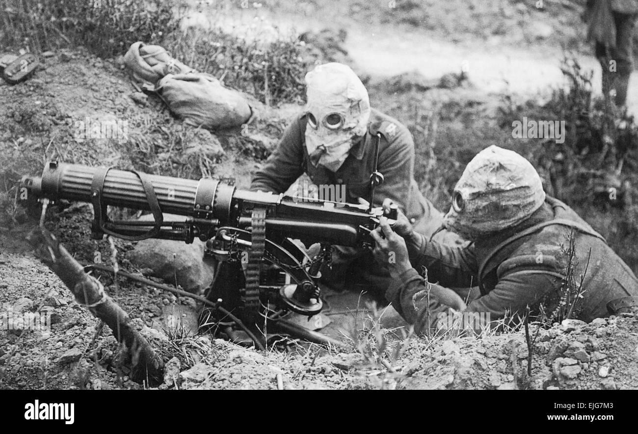 MACHINE GUN CORPS WW1. A  water-cooled Vickers machine gun crew wearing anti-gas masks near Ovillers in July 1916 Stock Photo