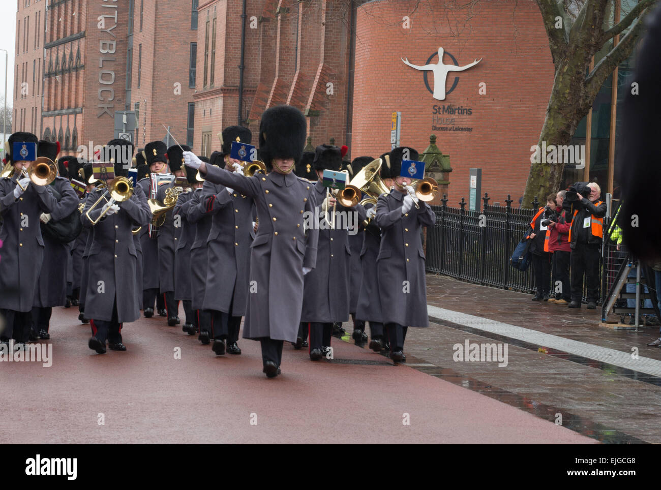 Leicester, UK. 26th March 2015. The Queen's Division Band marches into the forecourt  as celebrities enter the Leicester - Stock Image