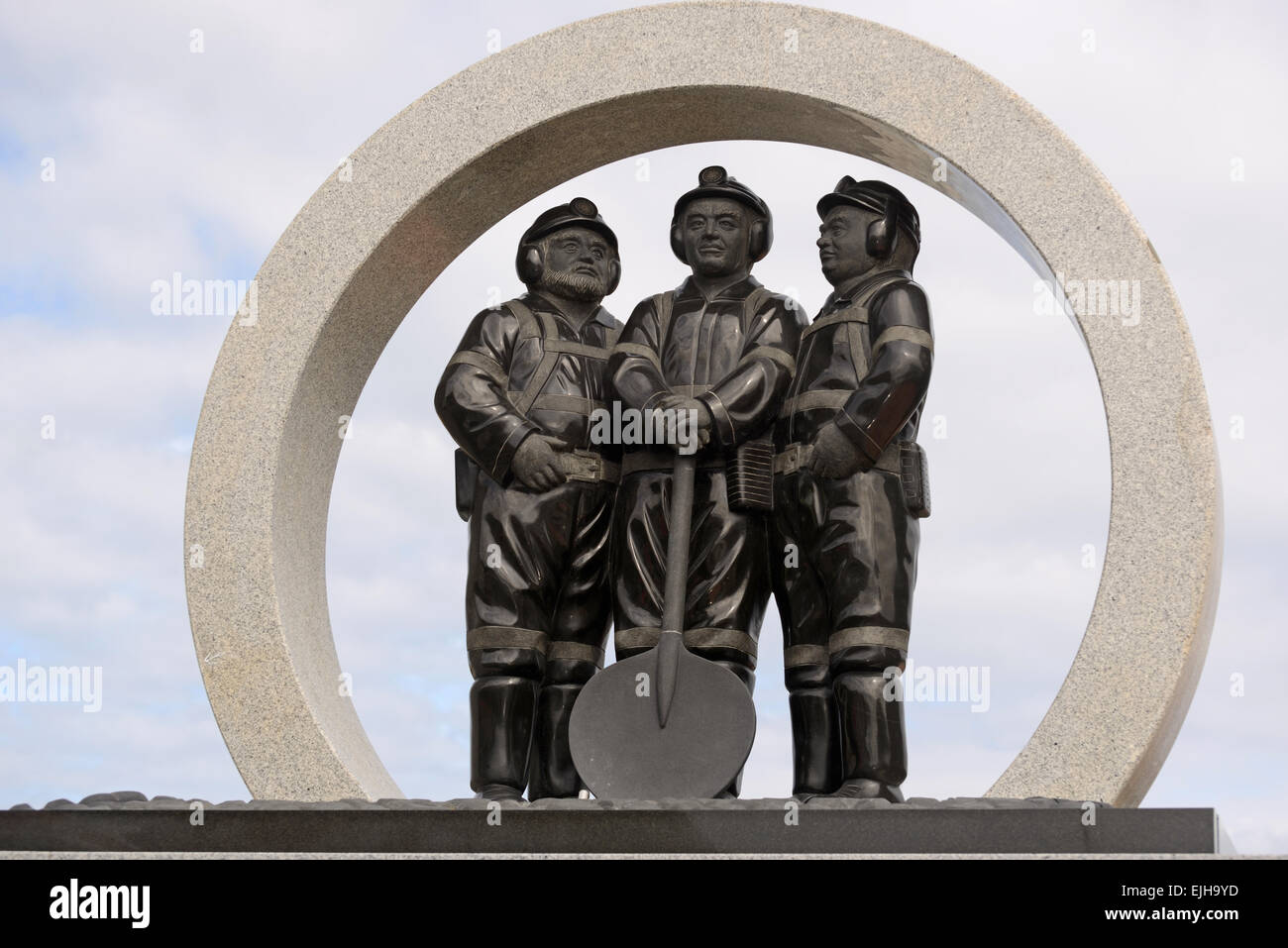 Three coal miners feature in a Greymouth memorial to workers who have died in coal mining accidents on the West - Stock Image