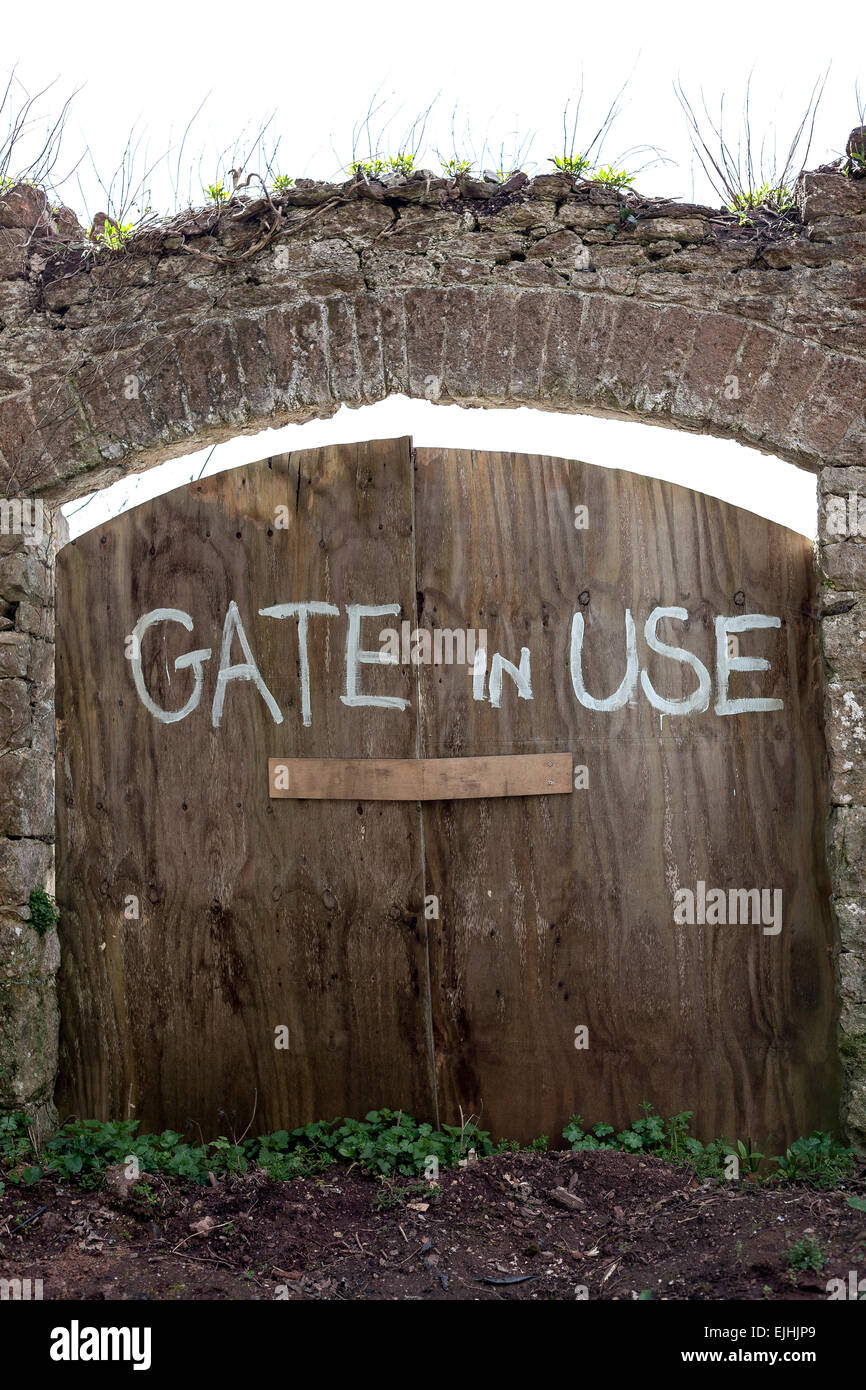 Wagon Wheel Garden Gate Stock Photos & Wagon Wheel Garden Gate Stock ...