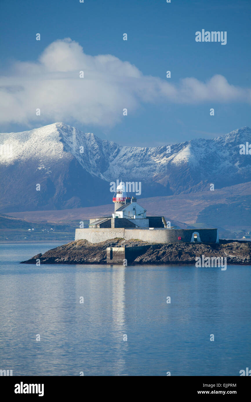 Fenit Island Lighthouse and the Brandon massif, Tralee Bay, Dingle Peninsula, County Kerry, Ireland. - Stock Image