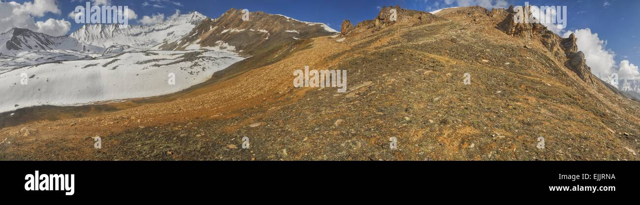 Scenic panorama with mountain guides in Dolpo region in Himalayas, Nepal - Stock Image