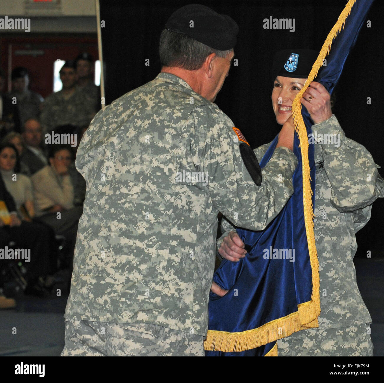 Brig. Gen. Colleen McGuire accepts the organizational colors from Army Vice Chief of Staff Gen. Peter W. Chiarelli, - Stock Image