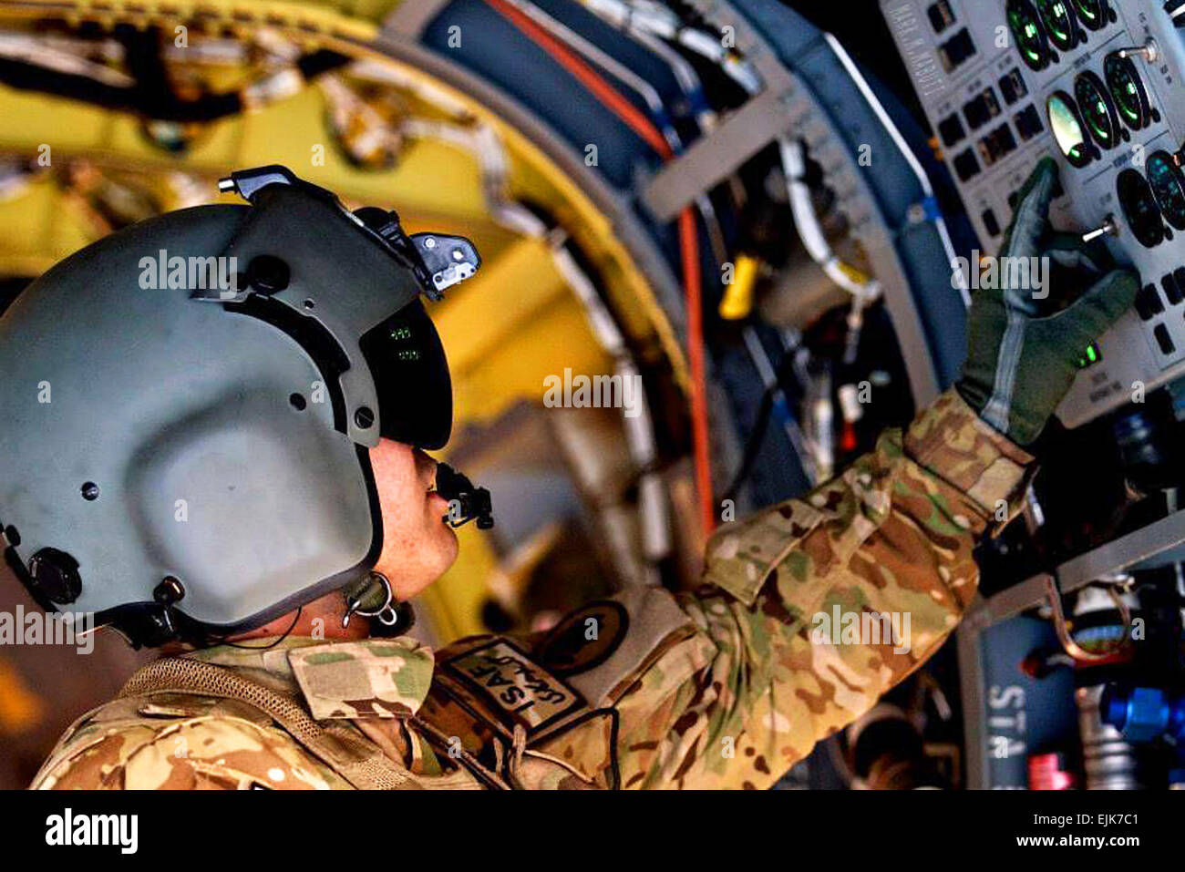 """Sgt. Van Shiroma, a CH-47F Chinook helicopter door gunner from B Company """"Voyagers"""", 1st Battalion - Stock Image"""