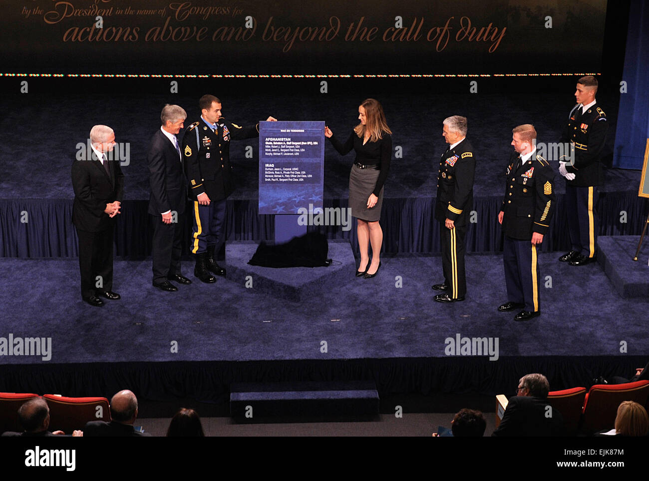 Medal of Honor recipient Staff Sergeant Salvatore A. Giunta and his wife Jennifer, unveil the Hall of Heroes Plaque - Stock Image