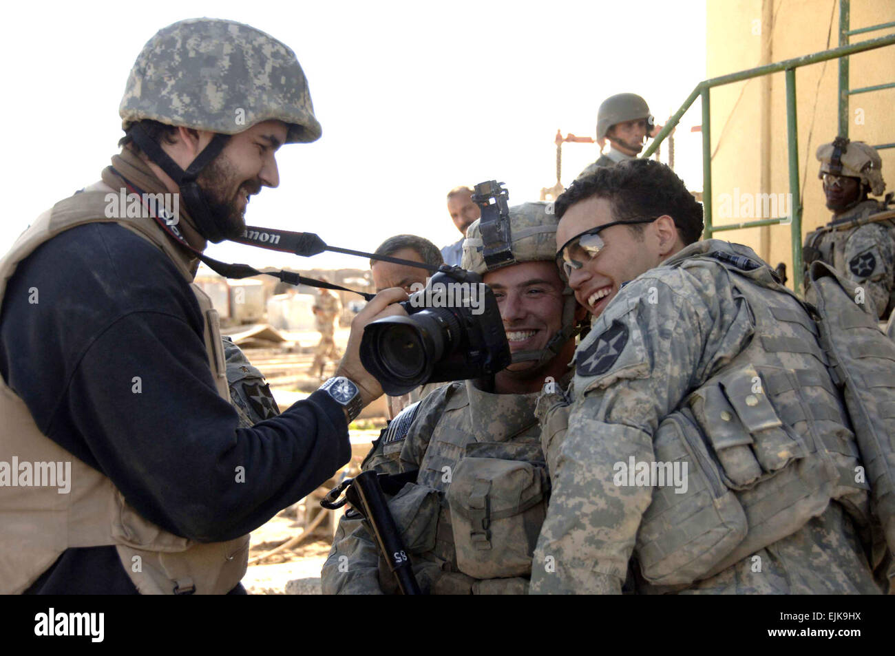 U.S. Army Sgt. Daniel Gaud and Spc. Guy M. Storz look at a photo of themselves taken by an Associated Press photographer - Stock Image