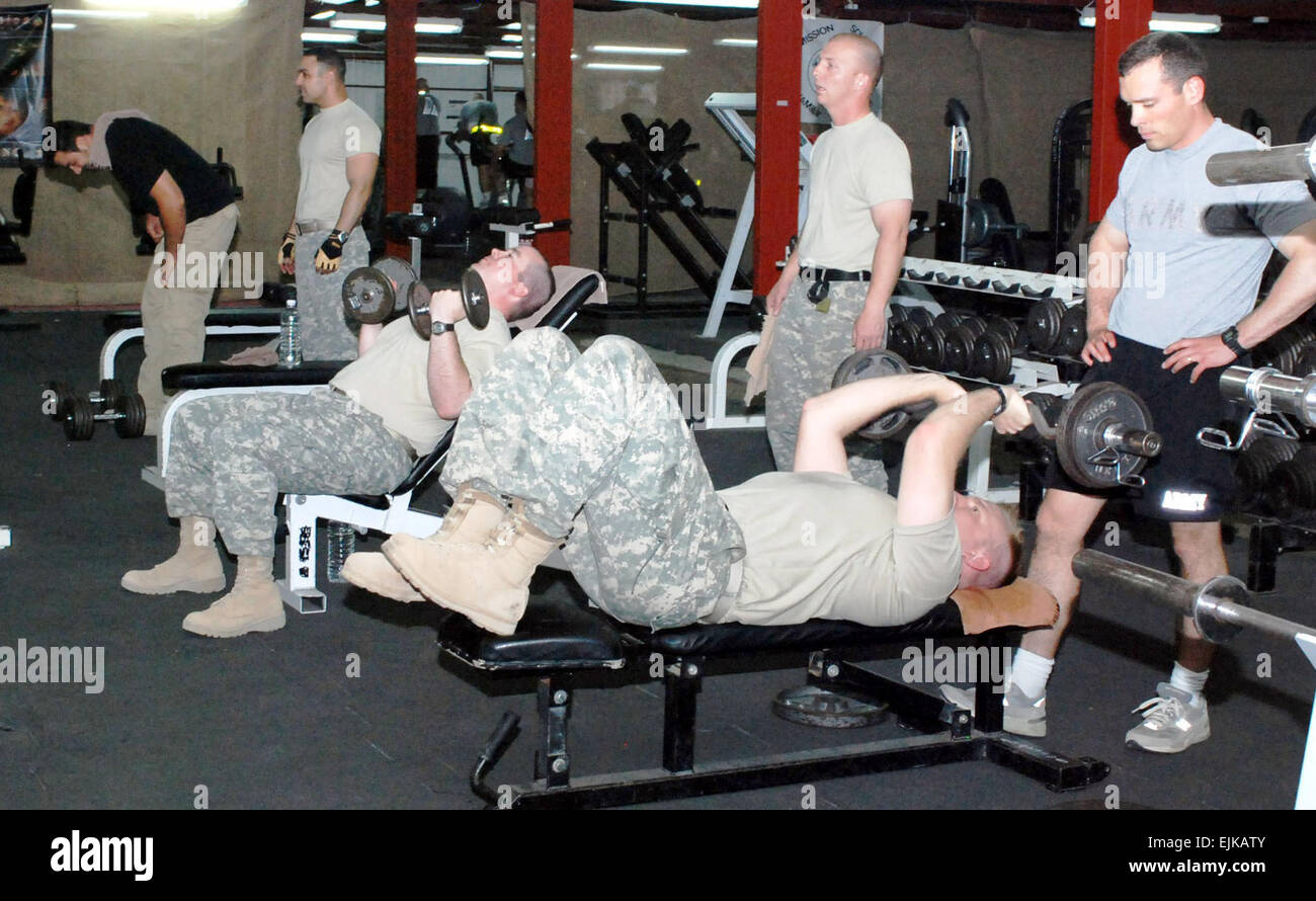 Soldiers lift weights at the Multinational Division Baghdad and 4th Infantry Division gym on Camp Liberty, Iraq, - Stock Image