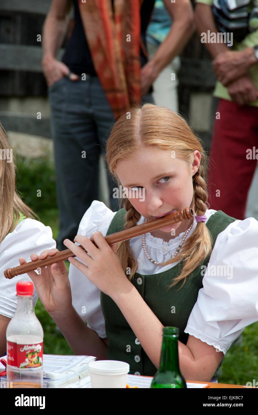 Mädchen mit Seitlpfeife am Pfeifertag, Blaa Alm, Altausseee, Salzkammergut, Styria, Austria - Stock Image