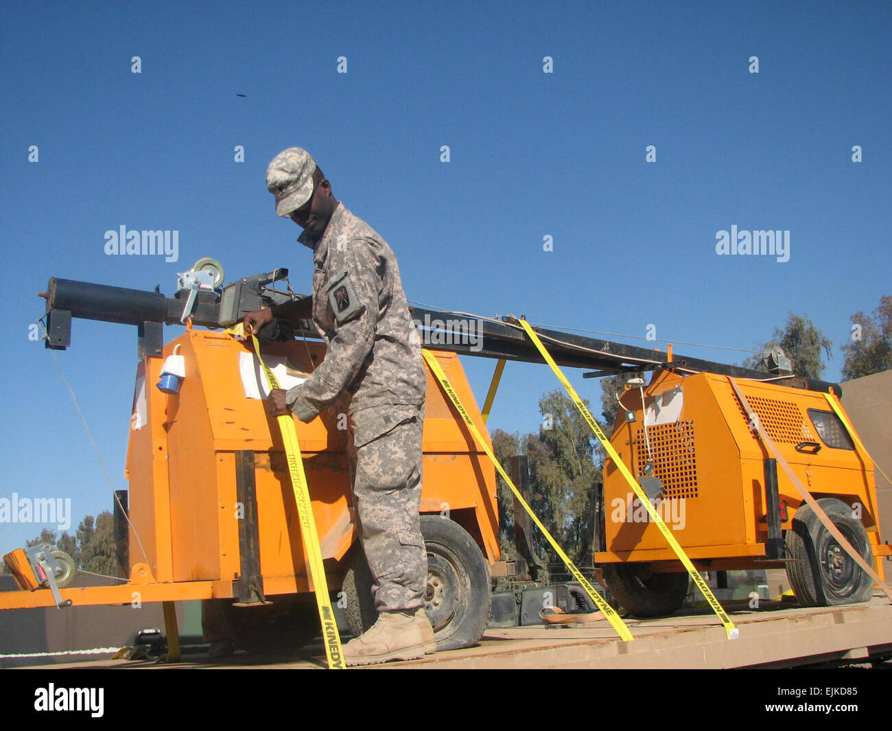 Spc. Byron Goodman, a light-wheeled mechanic and 27- year-old Juliet, Ill. native, inspects the security of the - Stock Image