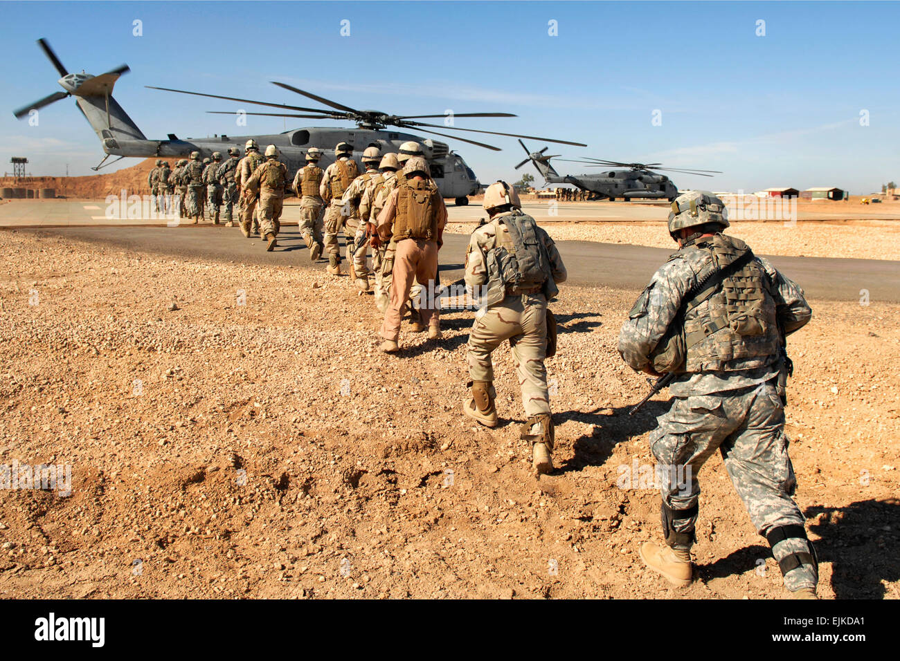 U.S. Army and Iraqi army soldiers board a Marine Corps CH-53 Super Stallion helicopter during a static loading exercise - Stock Image