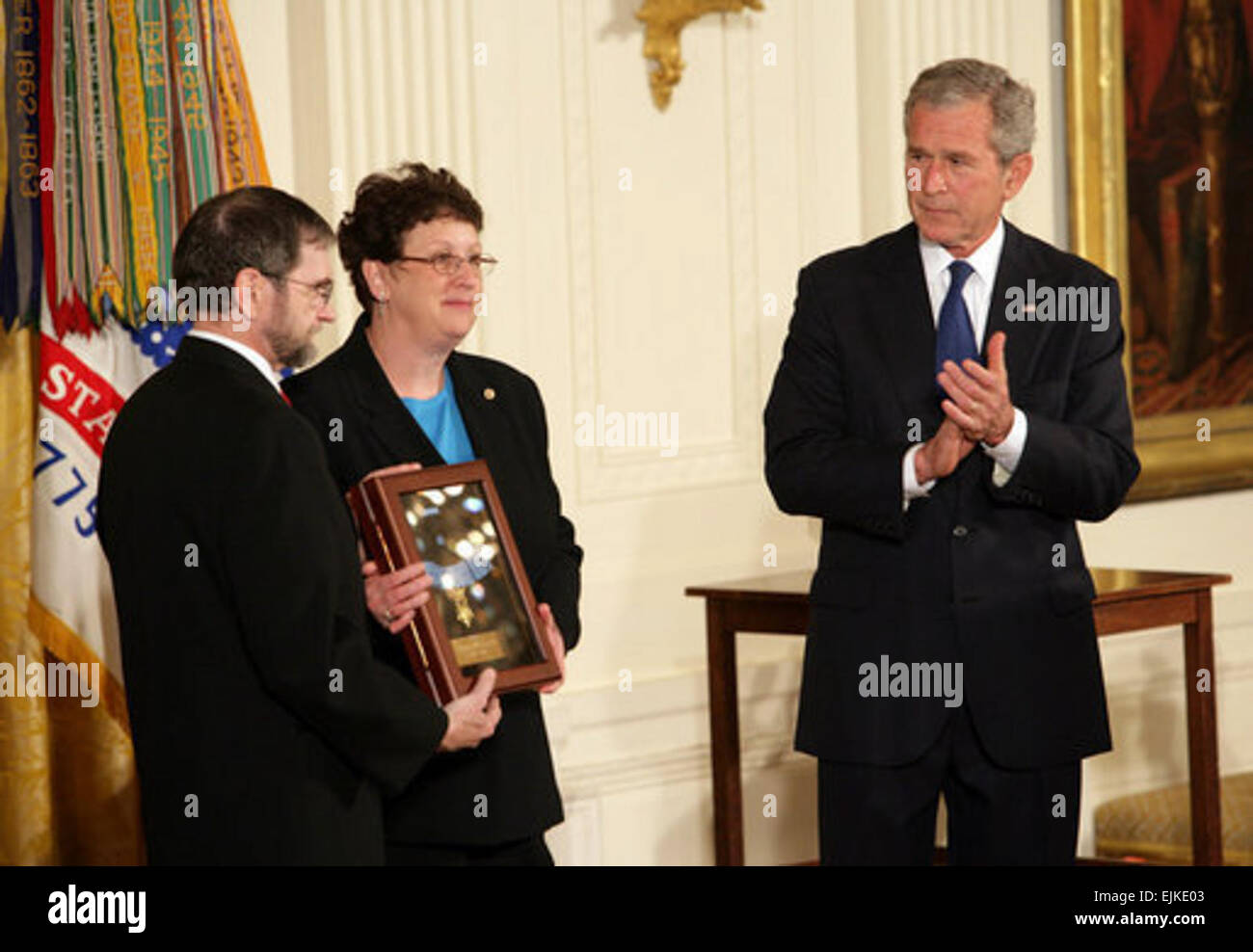 President George W. Bush leads the applause in honor of Private First Class Ross A. McGinnis, U.S. Army, after presenting - Stock Image