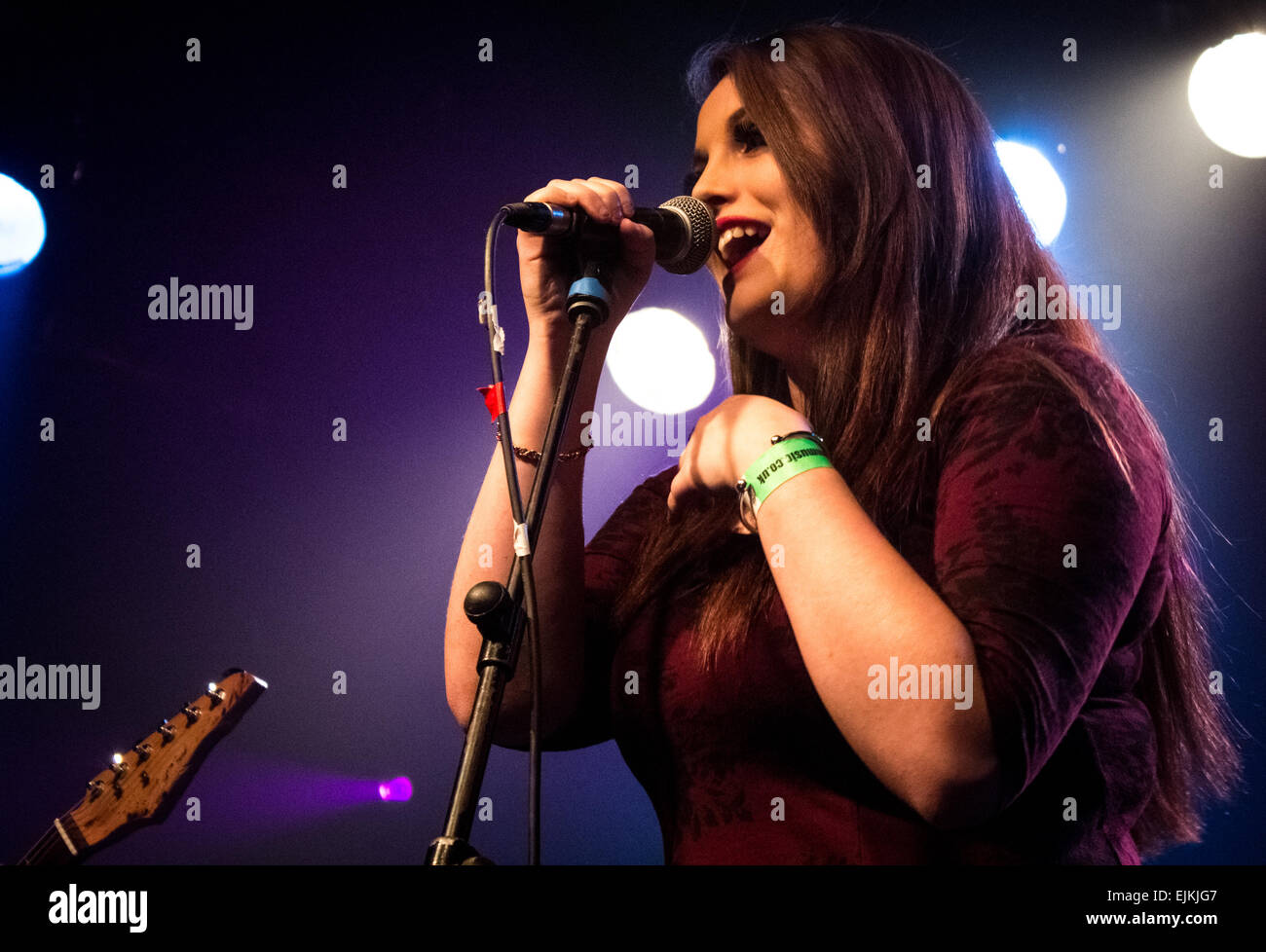 Female singer singing in a band at Wedgewood Rooms, Portsmouth, UK. - Stock Image