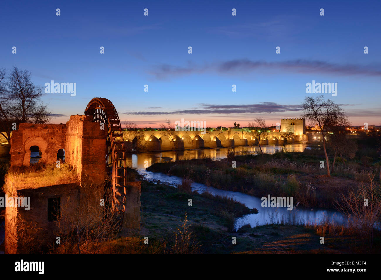 Pre dawn over the Guadalquivir river in Córdoba - Stock Image