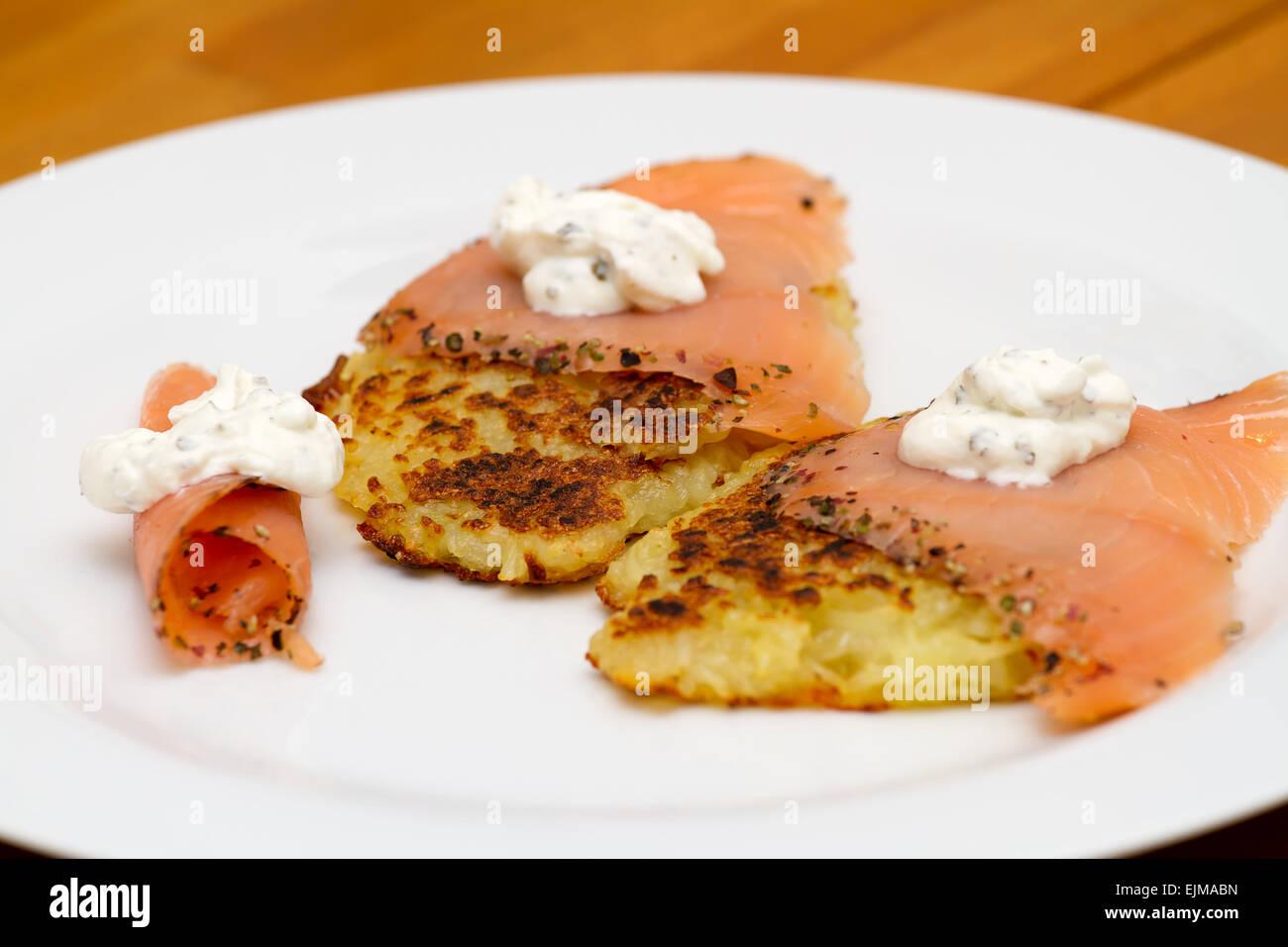 Kartoffelpuffer mit Lachs - Stock Image