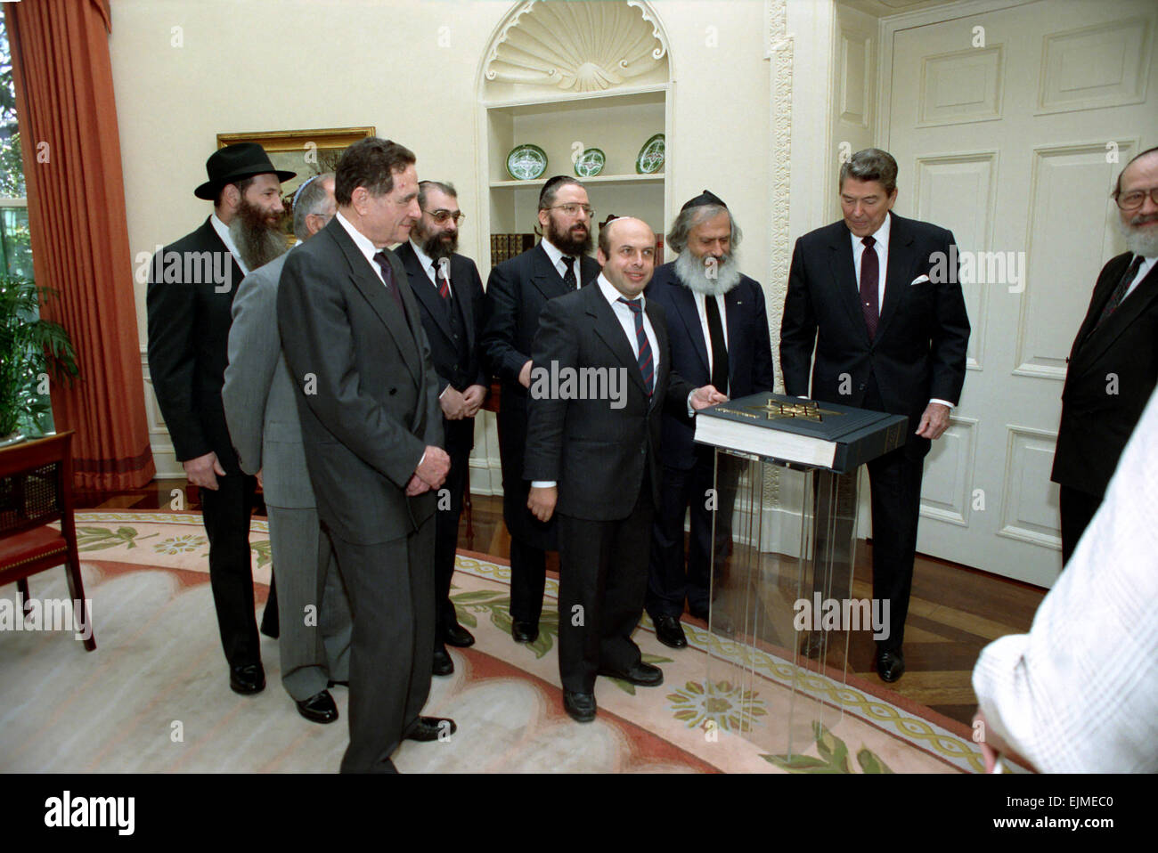 US President Ronald Reagan meets with with Soviet Jewish emigres including Natan Sharansky to receive Passover haggadah - Stock Image
