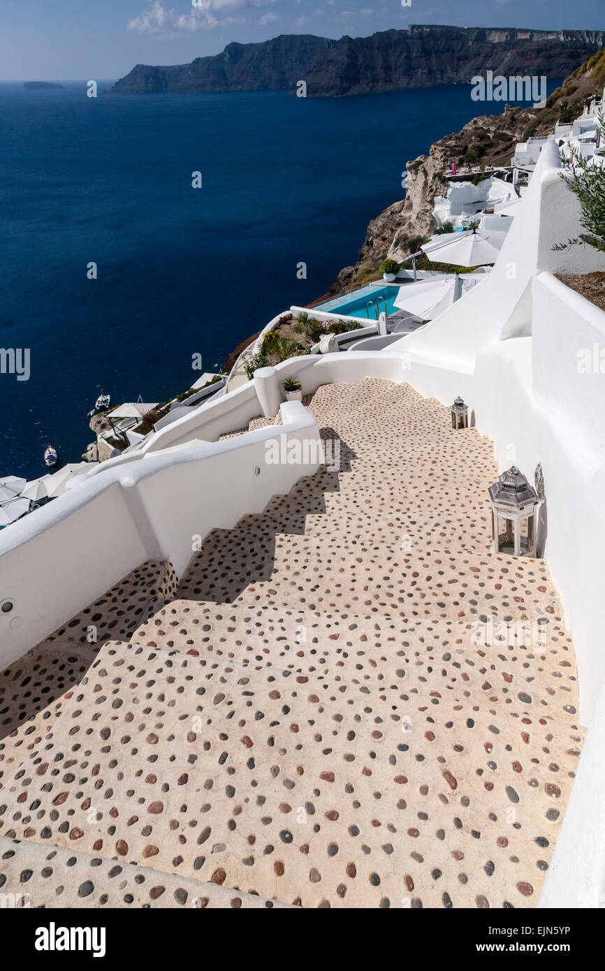 Looking down a flight of stairs in Oia into the Caldera and the sea, Santotini (Thera), Greece - Stock Image