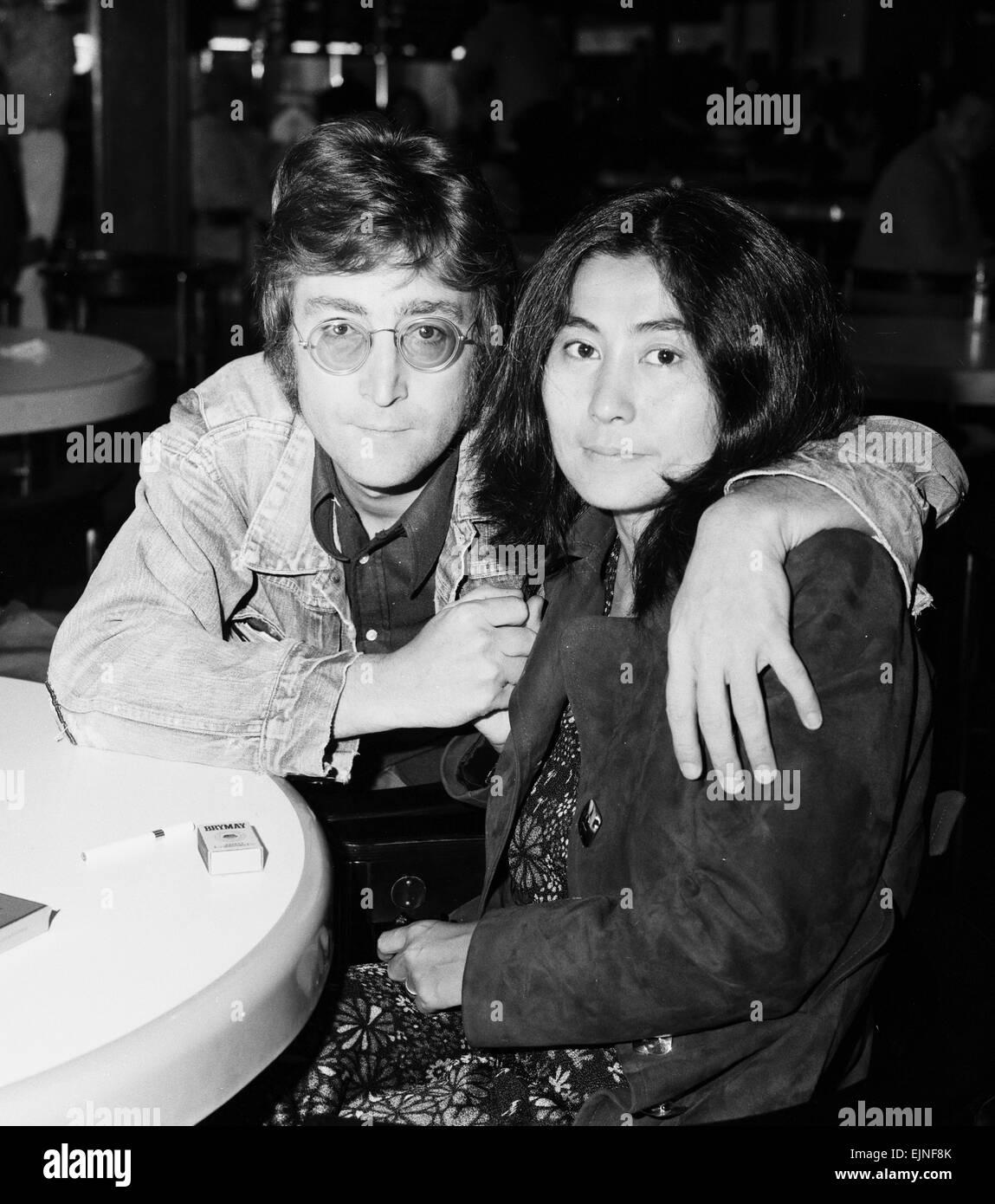 Former Beatle John Lennon With His Wife Yoko Ono Leaving Heathrow Stock Photo Alamy