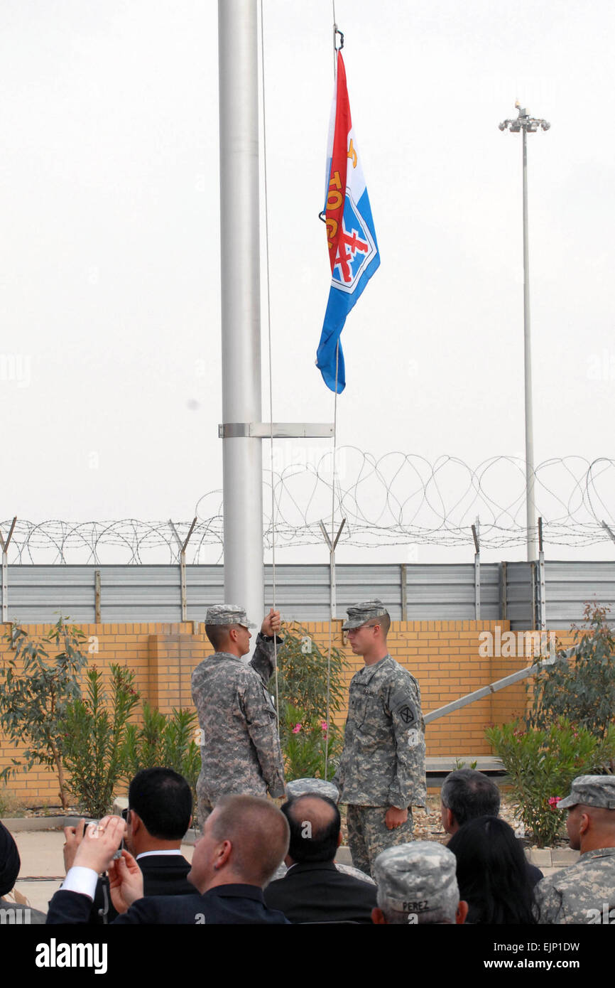 Two Multi-National Divison - South Soldiers with the 10th Mountain Division raise their division colors to signify - Stock Image