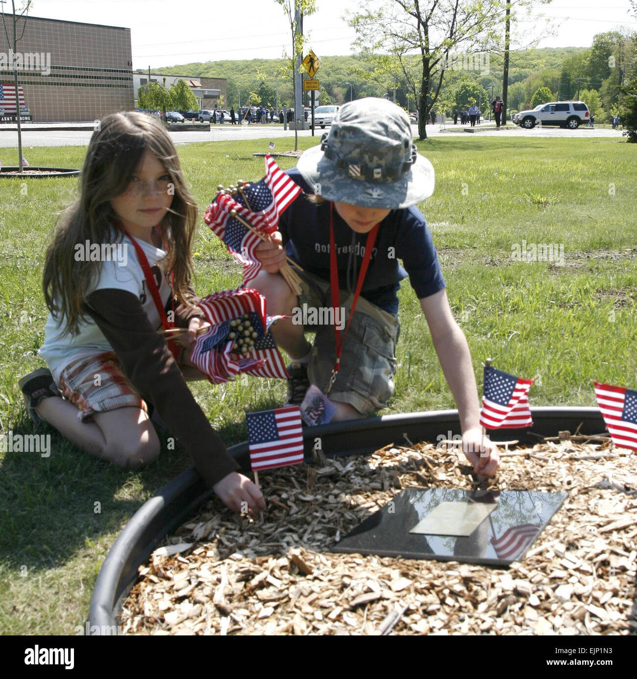 Picatinny Dedicates memorial  Picatinny Public Affairs May 21, 2008  Mackenzie Doucherty, 11, left and Casey Conner, - Stock Image