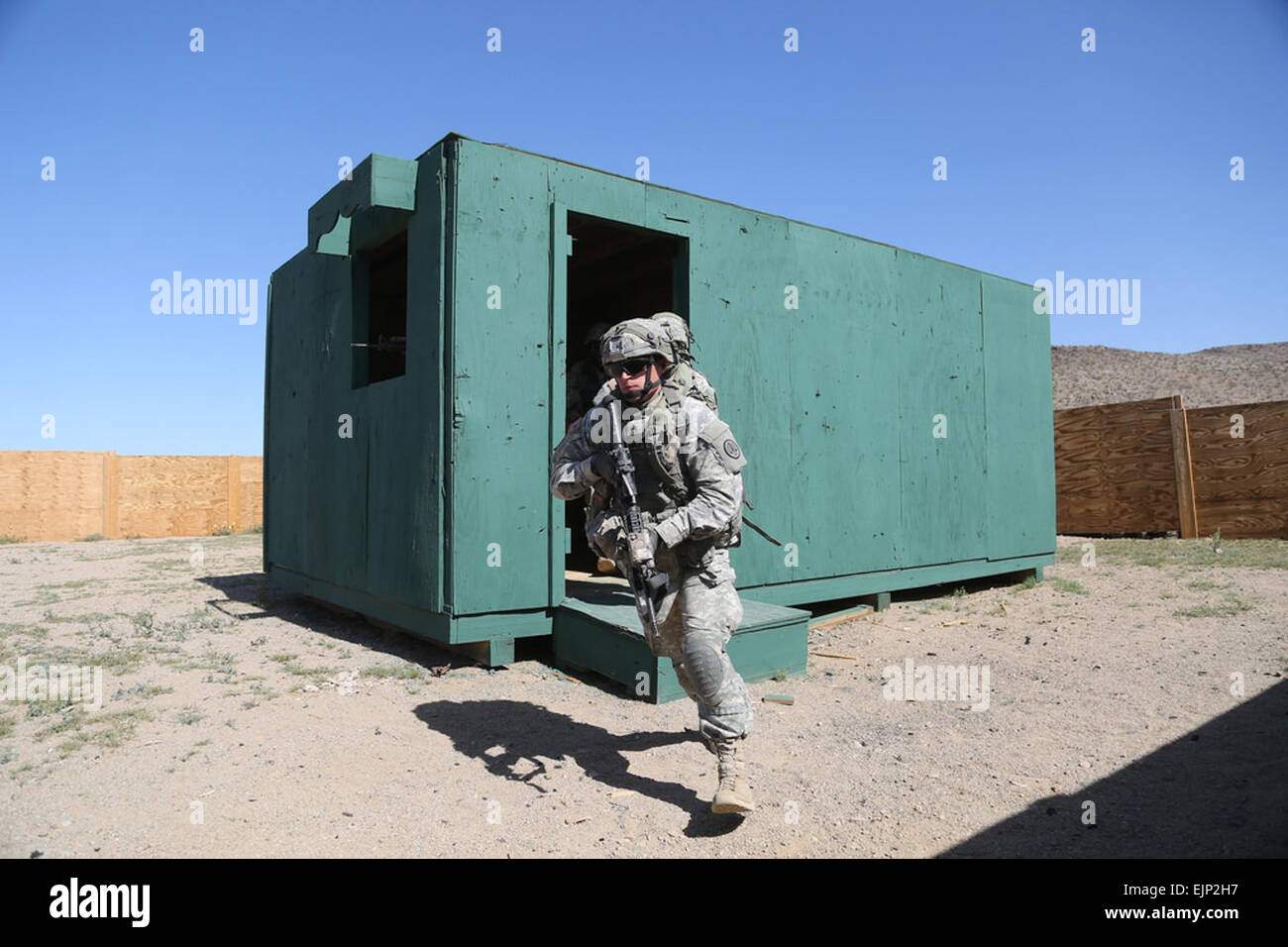 FORT IRWIN, Calif. - U. S. Army Soldiers from 3rd Cavalry Regiment 'Brave Rifles' exit a building after - Stock Image