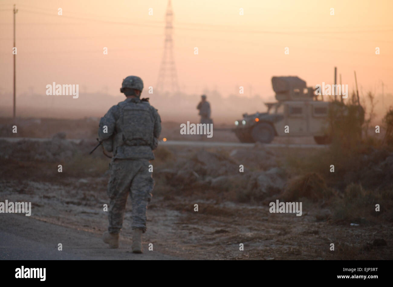 Morning light streams across a farm field in Fahama, Iraq, as Soldiers with  1st Brigade Combat Team, 1st Cavalry - Stock Image