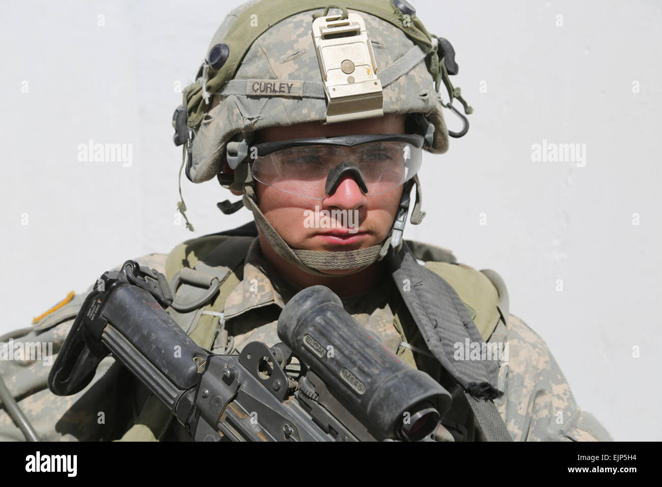 """FORT IRWIN, Calif. - A U.S. Army Soldier from 3rd Cavalry Regiment """"Brave Rifles"""" watches his - Stock Image"""