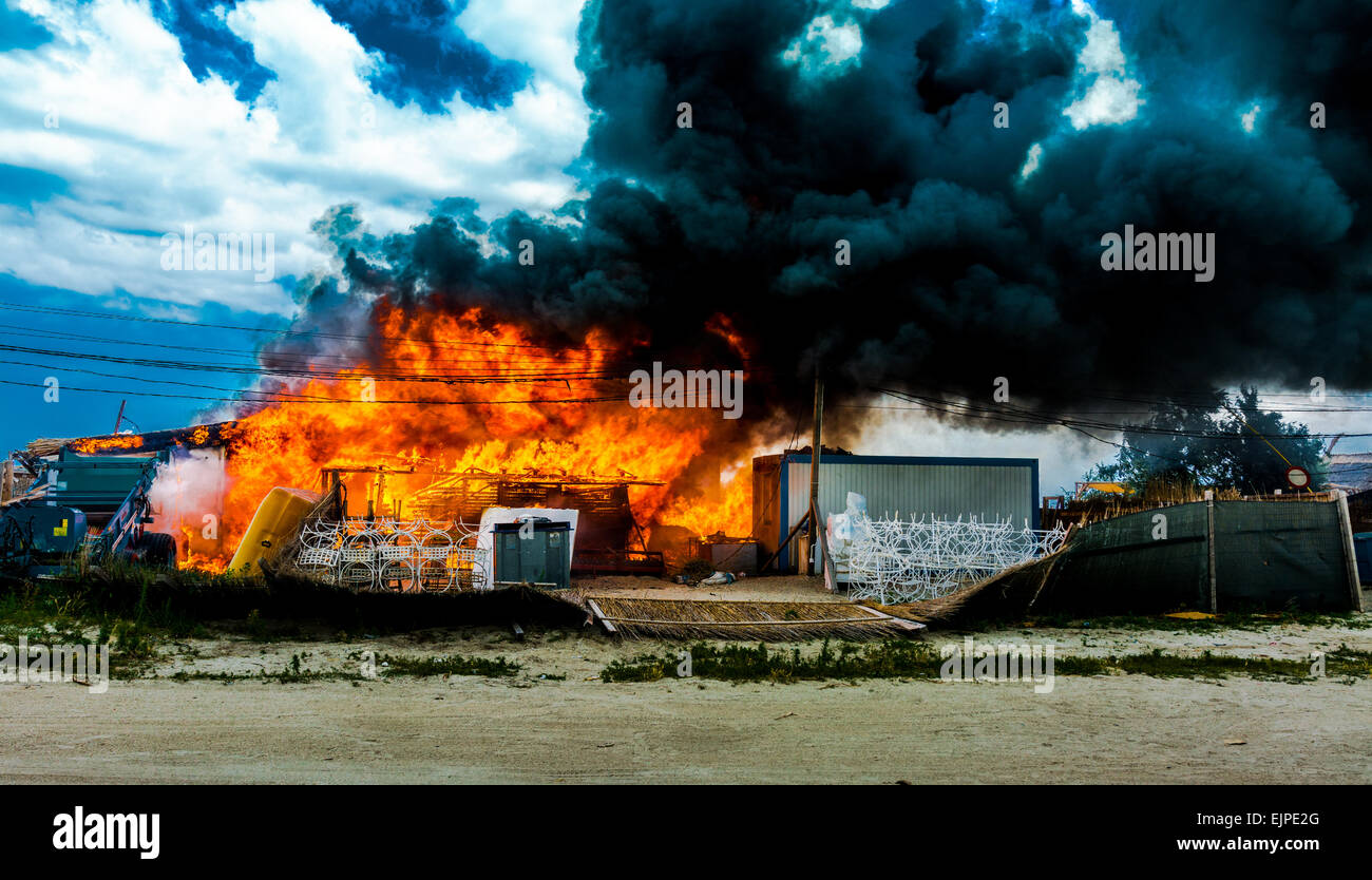 Building on fire with thick smoke. - Stock Image