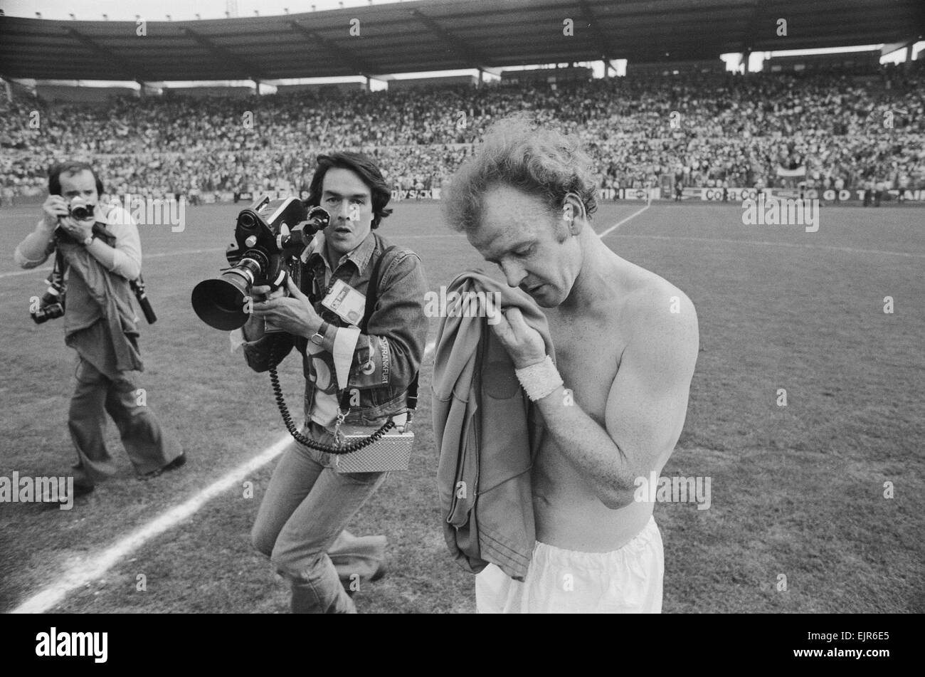 1974 World Cup Group Three match in Frankfurt, West Germany. Scotland 1 v Yugoslavia 1. Scotland's Billy Bremner - Stock Image