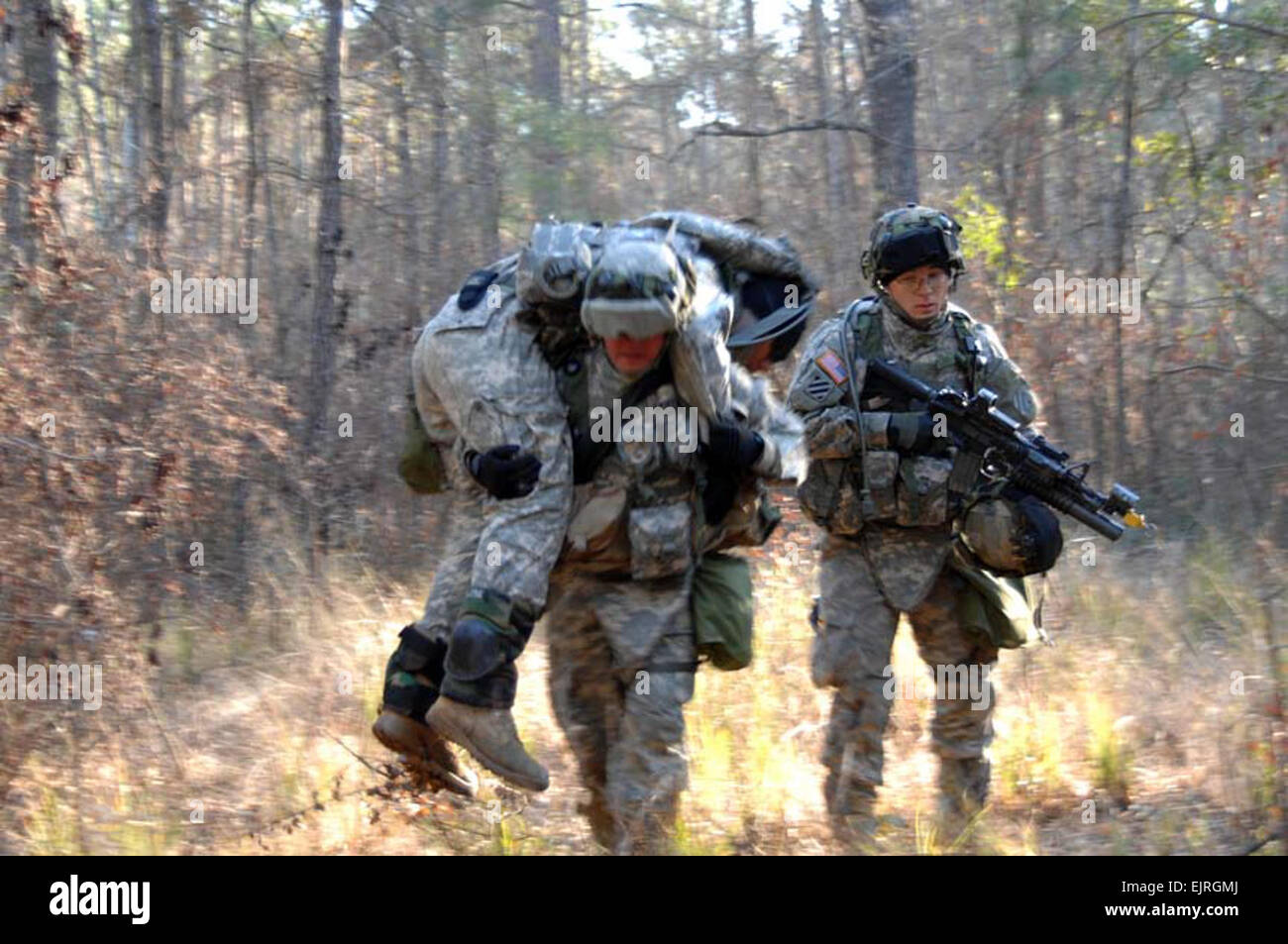 U.S. Army Soldiers from Bravo Company, 1st Battalion, 30th Infantry Regiment, 3rd Infantry Division carry a mock - Stock Image