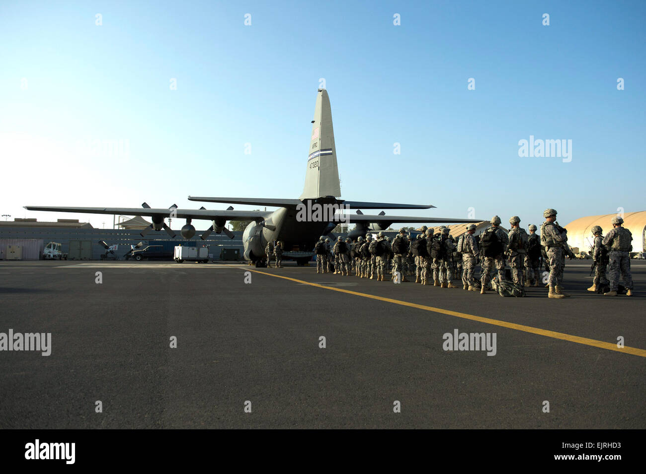 U.S. Army Soldiers with Combined Joint Task Force-Horn of Africa's East Africa Response Force EARF load onto - Stock Image
