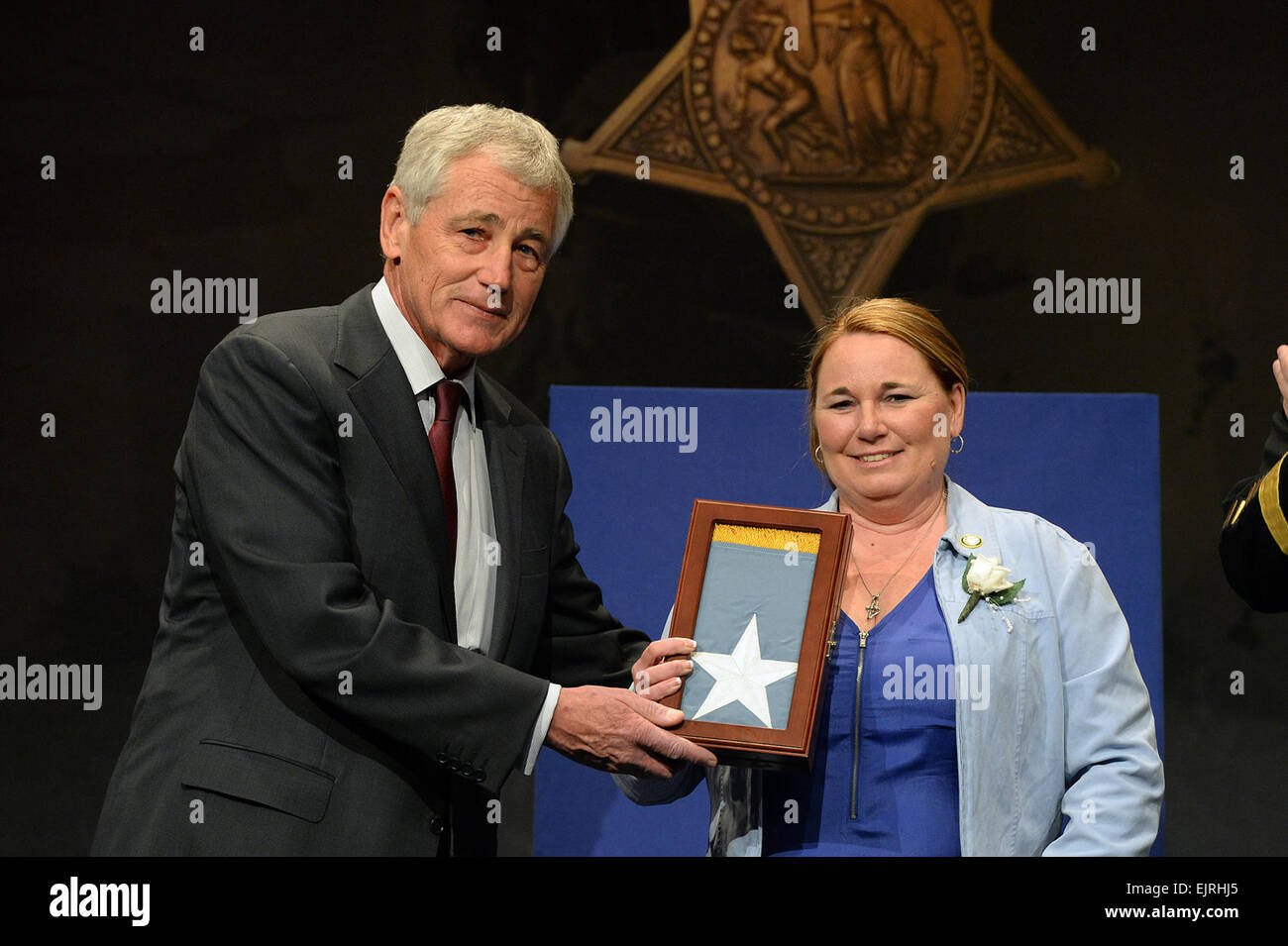 Secretary of Defense Chuck Hagel presents the Medal of Honor Flag to Shyrell Jean Copas, on behalf of her father - Stock Image