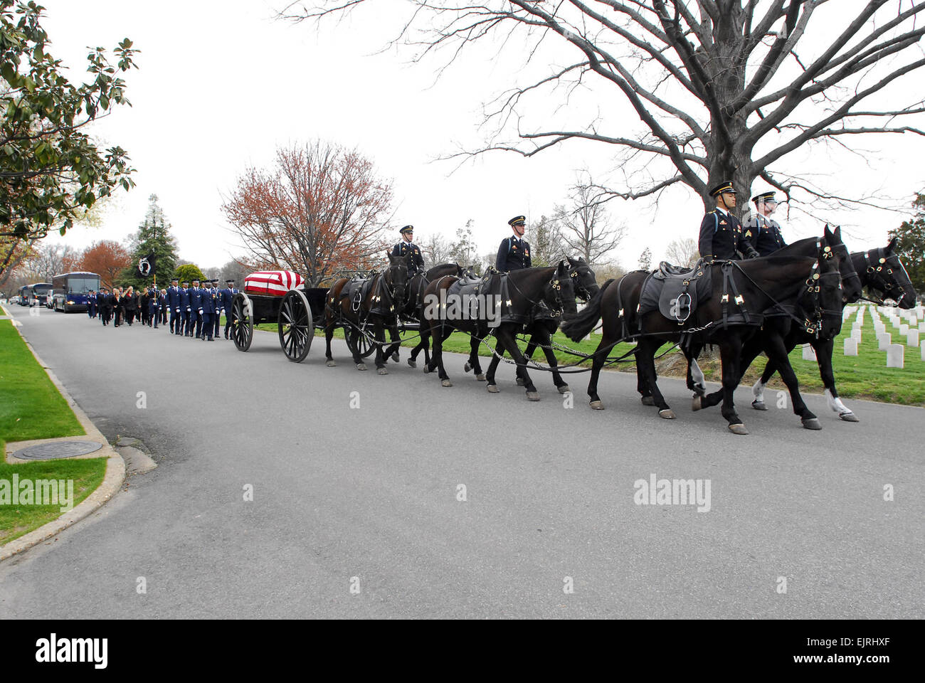 U.S. Army Soldiers from Caisson Platoon, 3rd U.S. Infantry Regiment The Old Guard lead the funeral procession for - Stock Image