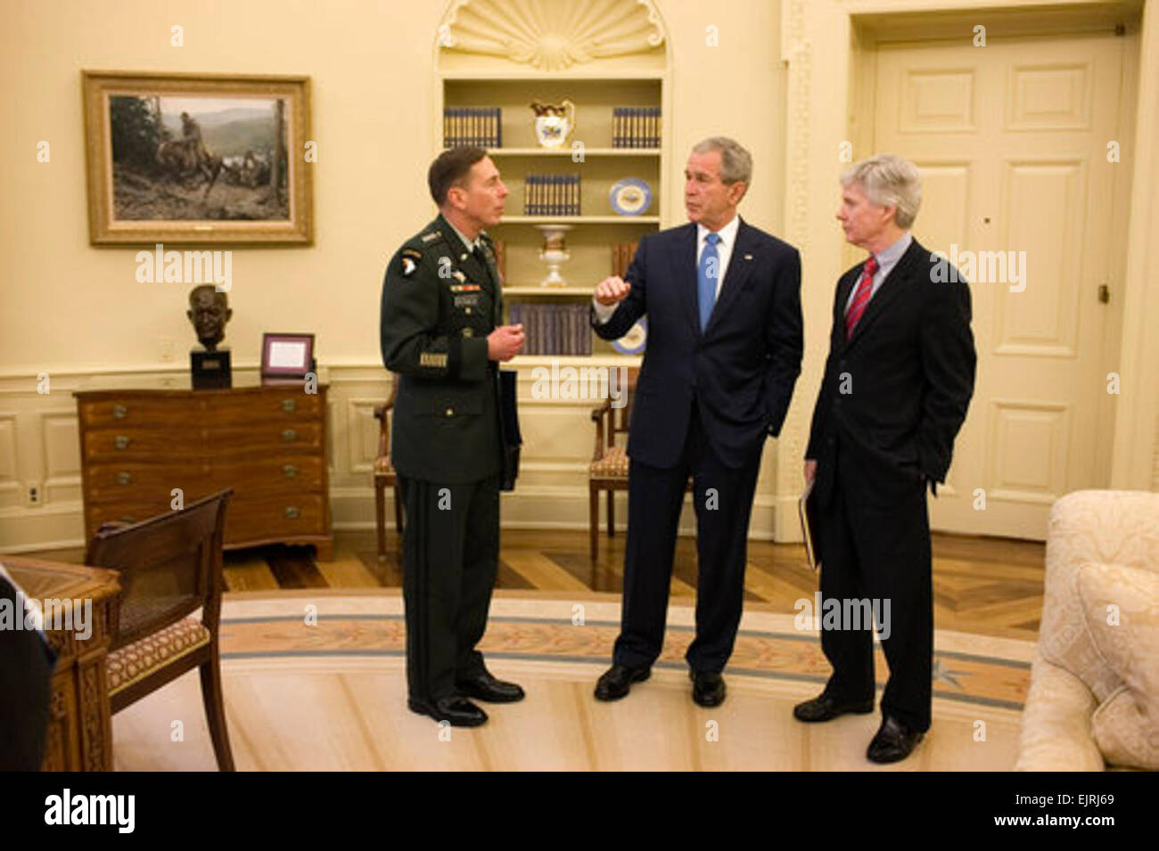 President George W. Bush meets with General David Petraeus, Commander of the Multi-National Force-Iraq, and U.S. - Stock Image